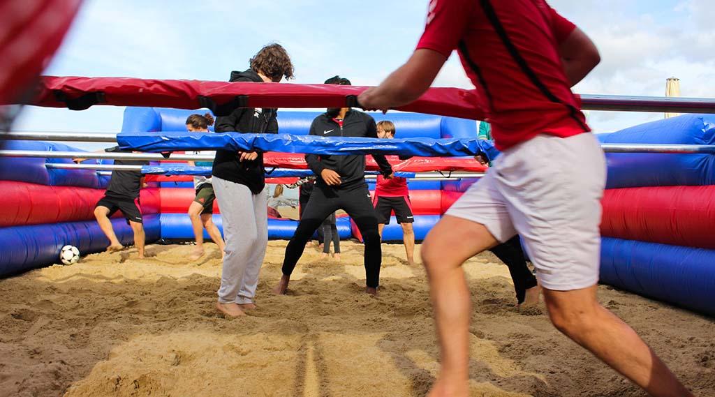 levend-tafelvoetbal-op-het-strand-in-scheveningen
