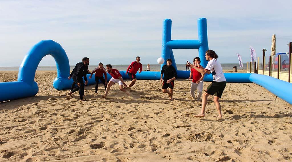 mannen-spelen-strand-rugby-in-scheveningen